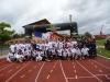 Staffelläufer mit Empfangskomitee im Stadion von Corbeil-Essonnes
