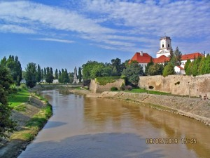 Rába kurz vor Einmündung in die Kleine Donau - mit Bischofsburg