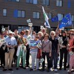 An Europa Interessierte auf dem Flugfeld