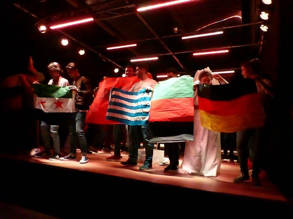 Abschluss auf der Bühne mit den Landesflaggen.